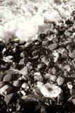 Le bord de la mer ondule le caillou Photo stock