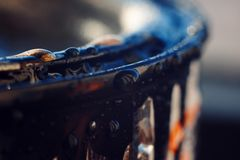Le bord de la peinture pour des réparations dans les gouttelettes d'eau photographie stock libre de droits