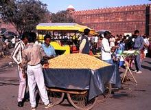 Le bord de la route cale par le fort rouge, Delhi Images libres de droits