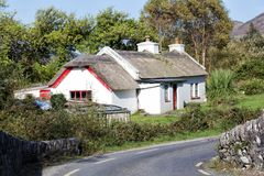 Le bord de la route traditionnel a couvert le cottage de chaume en kerry Photo stock