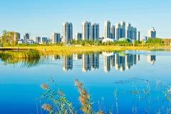 Le bord de lac de bâtiments Image libre de droits