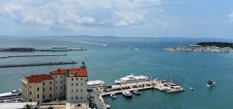 Le bord de mer à la fente Croatie avec des bateaux dans le port a image libre de droits