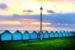 Le bord de mer de Brighton une ligne treize huttes de plage, avec un réverbère victorian au milieu le soleil place et le ciel rou photo libre de droits