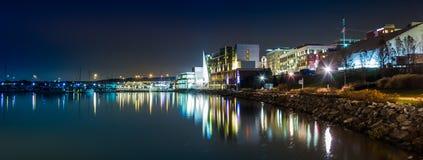 Le bord de mer de fleuve Potomac la nuit, dans le port national, Maryl photos libres de droits