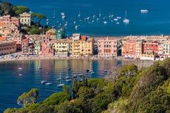 Le bord de mer et la plage de Sestri Levante, vus des collines environnantes éloignées Photo stock