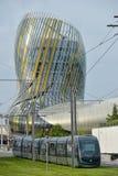 Le Bordeaux, la France, roulement de tram à côté de La citent du vin, le musée de vin du Bordeaux près à la rivière de la Garonne Photographie stock