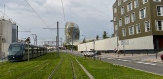 Le Bordeaux, la France, roulement de tram à côté de La citent du vin, le musée de vin du Bordeaux près à la rivière de la Garonne Photo libre de droits