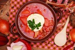 Le borscht ukrainien traditionnel de soupe à betterave images stock