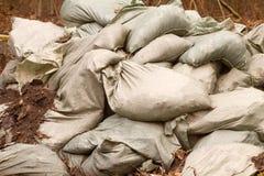 Le borse con la sabbia sono accatastate una parete Immagini Stock