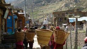 Le borse di trasporto delle donne nel Nepal Fotografie Stock Libere da Diritti