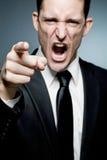 Le bossage fâché dirige le doigt à l'employé et crie. Photographie stock libre de droits