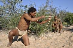 Le Botswana : Deux Naro-débroussailleurs chassent dans le Kalahari image stock