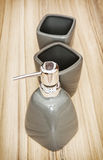 Le bottiglie ceramiche hanno messo per sapone liquido, insieme di toilette Fotografia Stock