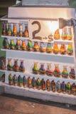 Le bottiglie con la sabbia modella sugli scaffali, pezzi semplici fatti a mano Ricordi locali con il prezzo Nessun copyright fotografie stock libere da diritti