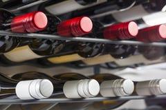 Le bottiglie del vino di qualità con i coperchi a vite in un vino tormentano Fotografie Stock Libere da Diritti