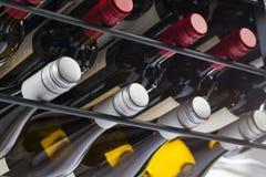 Le bottiglie del vino di qualità con i coperchi a vite in un vino tormentano Immagini Stock Libere da Diritti