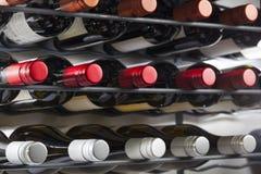 Le bottiglie del vino di qualità con i coperchi a vite in un vino tormentano Immagine Stock Libera da Diritti