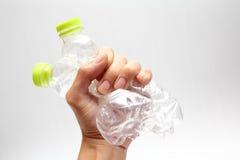 Le bottiglie di acqua di plastica riciclano a disposizione Fotografia Stock Libera da Diritti