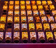 Le bottiglie di profumo sono imballate in una scatola immagini stock