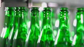 Le bottiglie di verde stanno muovendo lungo il trasportatore archivi video