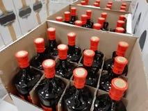 Le bottiglie di vetro, parecchie imbottiglia una scatola, la liquidazione, il closeout, la vendita speciale, elasticità-via fotografia stock libera da diritti