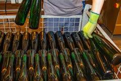 Le bottiglie di vino già riempite sono disposte in un contenitore di scheletro fotografie stock libere da diritti