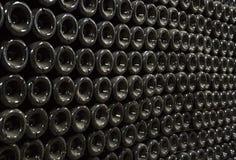 Le bottiglie polverose con champagne wine in una cantina Fotografie Stock Libere da Diritti