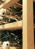 Le bottiglie vuote su di legno accantonano Immagine Stock