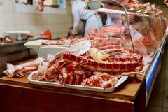 le boucher vend la viande au farmer& x27 ; marché de s Images stock