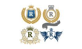 Le bouclier de couronne part de la lettre R d'ailes de ruban Image stock