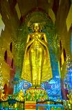 Le Bouddha d'or dans le tombeau d'Ananda, Bagan, Myanmar Photos libres de droits