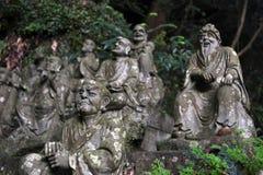 Le Bouddha s'asseyant entre les centaines de statues de Bouddha de Japonais Image libre de droits