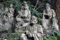 Le Bouddha s'asseyant entre les centaines de statues de Bouddha de Japonais Photo libre de droits