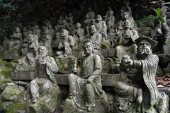 Le Bouddha s'asseyant entre les centaines de statues de Bouddha de Japonais Photos libres de droits