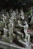 Le Bouddha s'asseyant entre les centaines de statues de Bouddha de Japonais Images libres de droits