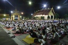 Le bouddhisme prient overyear en Thaïlande Image stock