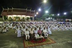 Le bouddhisme prient overyear en Thaïlande Image libre de droits