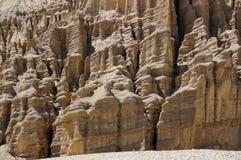 Le bouddhiste chorten contre dans les falaises rouges de Drakmar photographie stock