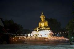Le bouddhiste est venu pour célébrer avec la bougie Photos stock