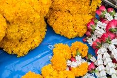 Le ` bouddhiste s fleurit pour le culte le jour saint Photos libres de droits