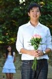 le bouguet asiatique fleurit l'homme bel de fixation Photo stock