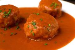Le boulet con la salsa de tomate con los pieses de agrupar onio no a fotografía de archivo