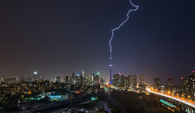 Le boulon de foudre puissant heurte au-dessus de la ville de Toronto, Canada photo stock
