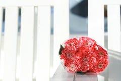 Le bouquet coloré de fleurs de rose de rose est des repos d'une combinaison sur le whi Photo libre de droits