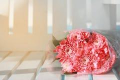 Le bouquet coloré de fleurs de rose de rose est des repos d'une combinaison sur le whi Photographie stock libre de droits