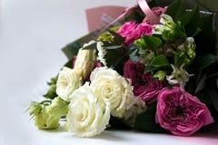 Le bouquet d'anniversaire de fleur, sur un fond blanc, s'est levé photos stock