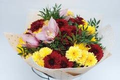 Le bouquet d'automne avec Crysanthemum fleurit le bouquet Wraped en papier de métier d'isolement sur le blanc Photos stock