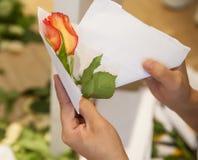 Le bouquet de fleurs assurent la décoration Images libres de droits