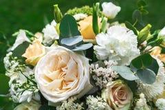 Le bouquet de fleurs assurent la décoration dans le restaurant Photographie stock libre de droits