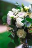 Le bouquet de fleurs assurent la décoration dans le restaurant Photographie stock